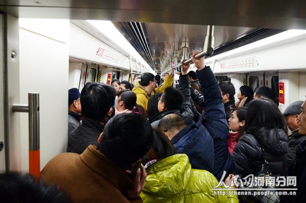 郑州地铁一号线开通首日 运送客流达28.5万人次
