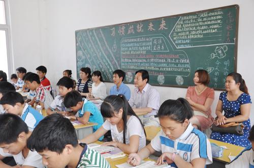 子成员观摩道德课堂.-桐柏 推动社会主义核心价值观进校园