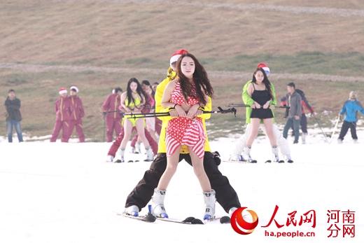 洛阳伊龙滑雪场开业比基尼美女热场暖雪揉图被美女动漫胸口图片