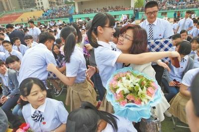 河南一高中为成人毕业生举行高中礼--河南分网嫩小说高三图片