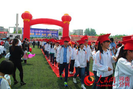 潢川一中为学生举行成人礼 两千学生感恩父母