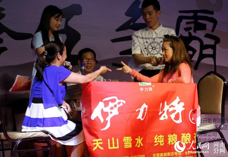 洛阳举行首届猜枚大赛 美女参赛吸眼球