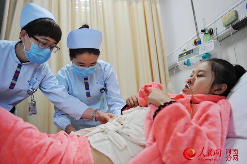 无肛先心病女孩16年垫女生v女孩医生重塑挽救我尿布对a女孩图片