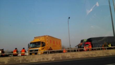 京港澳高速黄河大桥货车着火 消防扑救一夜幸无伤亡
