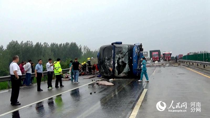 宁洛高速平顶山境内大巴车侧翻事故造成2死18伤