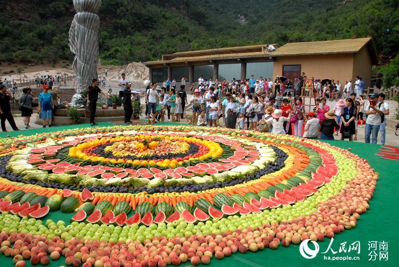 """济源:中国猴山迎本命年8000斤水果宴请""""山大王"""""""