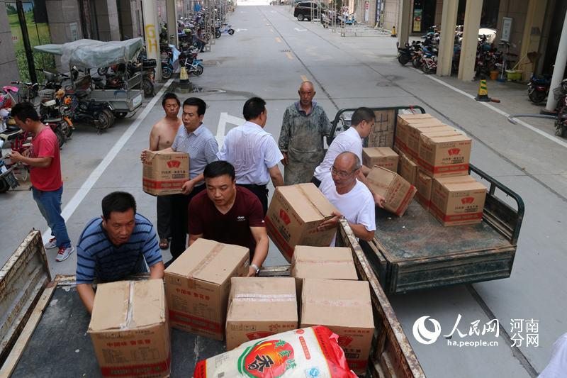 河南林州设40个安置点米面油棉被紧急供应灾民