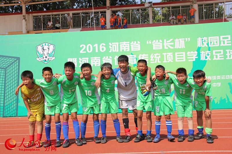 郑州二七区春晖小学足球队勇夺省长杯冠军