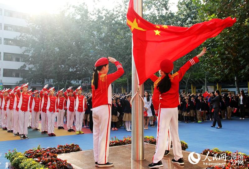 郑州:升生日唱年级测评新中国67岁国旗单元庆祝初中上八语文国歌图片