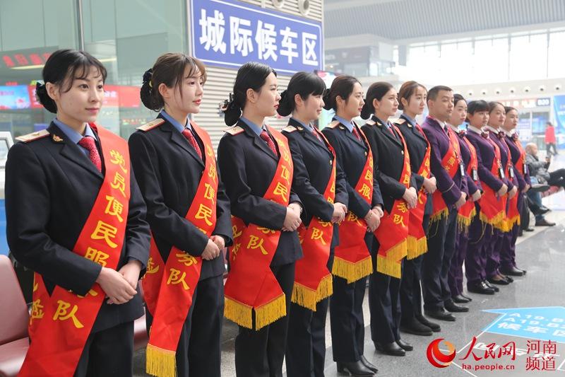 郑州高铁乘务员,实习结束后工资为2400―2800元/月不等。相比之下,北京至上海,广州至深圳经济较发达地区的高铁乘务员收入则较高,月平均收入能达到6000-8000元左右。