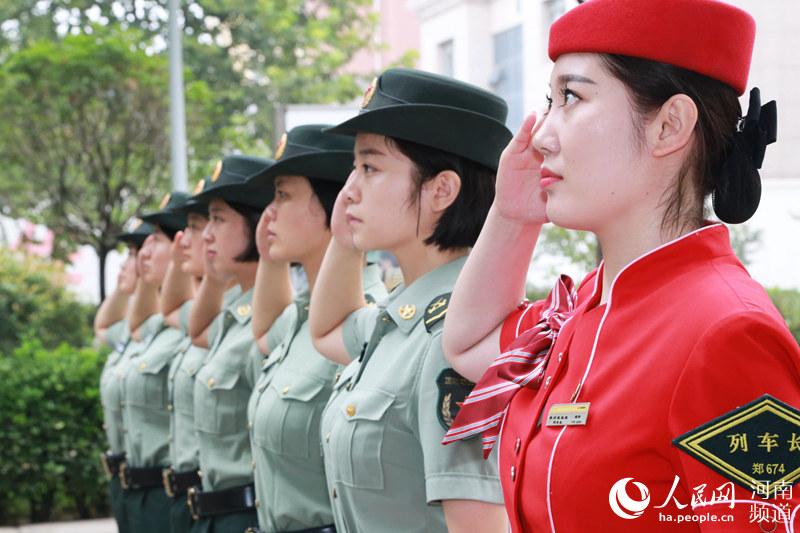 郑州:最美高姐体验最美美女女兵生活(图)助阵比基尼军营图片