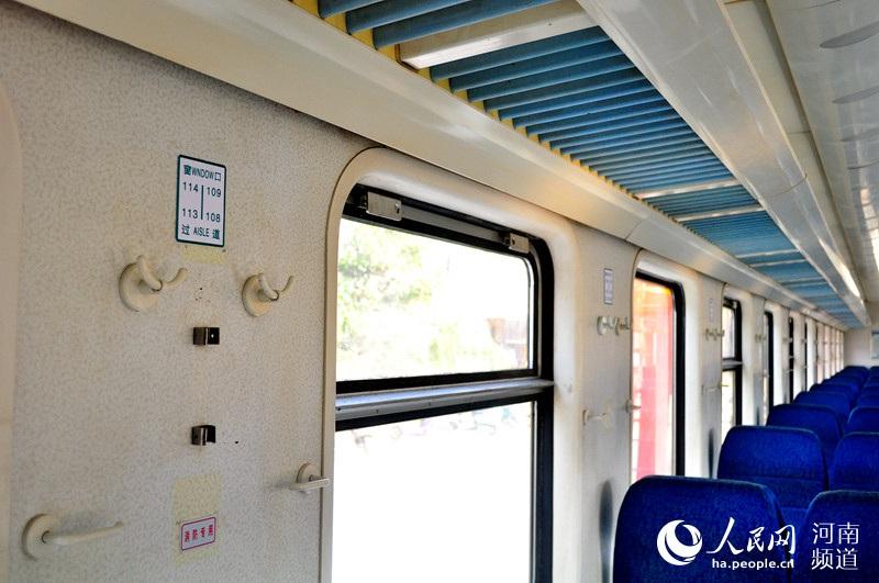 火车硬座座位牌全部上移 方便 对号入座