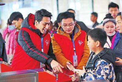 """郑州东站招15名外籍春运志愿者""""科技,少林功夫,过年,这里哪哪都好"""""""