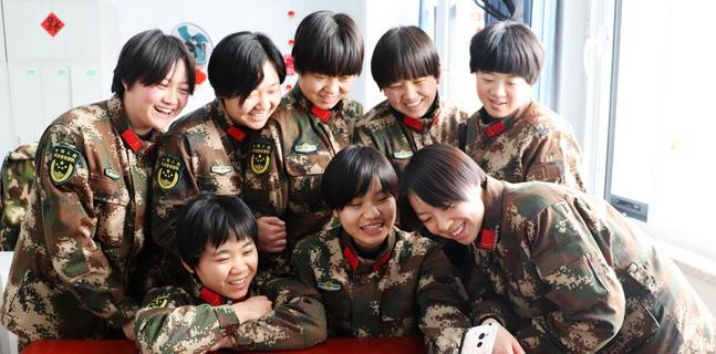 直击军营中国年:通信兵一天接398个电话        新春佳节,万家团圆。中原腹地,武警某部机动第八支队营区处处洋溢着幸福的笑声……