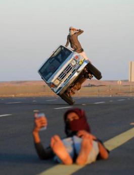 沙特小伙苦练驾驶特技