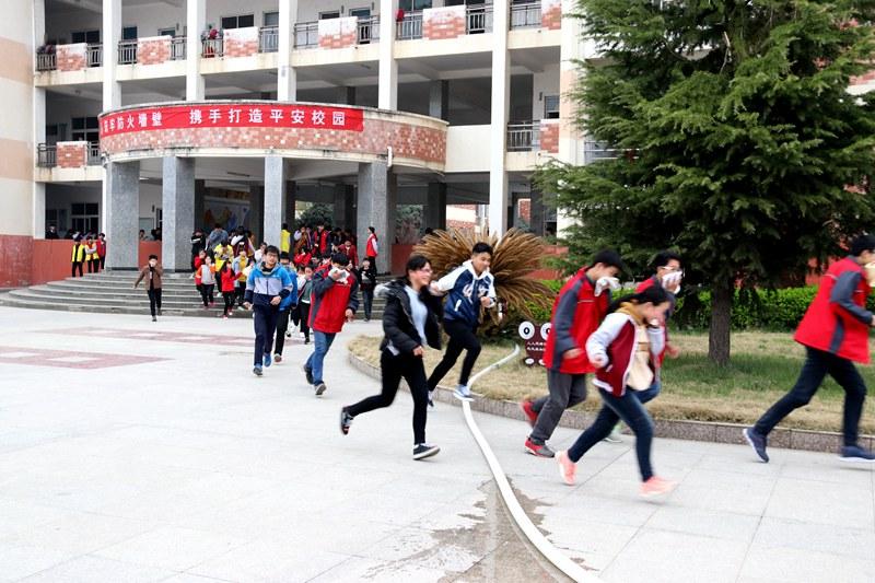 潢川一中开展2018春季地震、消防安全应急疏散演练
