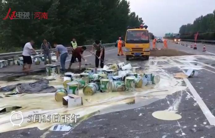 货车爆胎4吨油漆翻撒