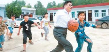贾站顺 陪伴山村孩子33年 一次意外,让他在高考前失去了右臂;一次应聘,让他在山村里坚守了33年……