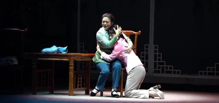 """豫剧《撼天情》在京上演 引观众拭泪         《撼天情》是以荣登中国好人榜的鄢陵县居民张文亚""""割肝救母、孝心反哺""""感人…"""