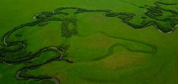 航拍九曲湾:镶嵌在绿色大地的银色哈达        锡林郭勒盟九曲湾隶属于乌拉盖管理区,位于锡林郭勒盟巴音胡硕镇哈拉盖图农牧场…