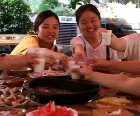 重庆现鱼池火锅店        重庆一家火锅店推出鱼池吃火锅的独特方式,让顾客…