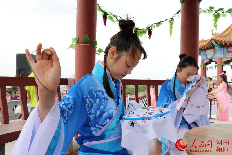 """河南鲁山:拜织女吃巧果 感受""""七夕""""传统文化"""