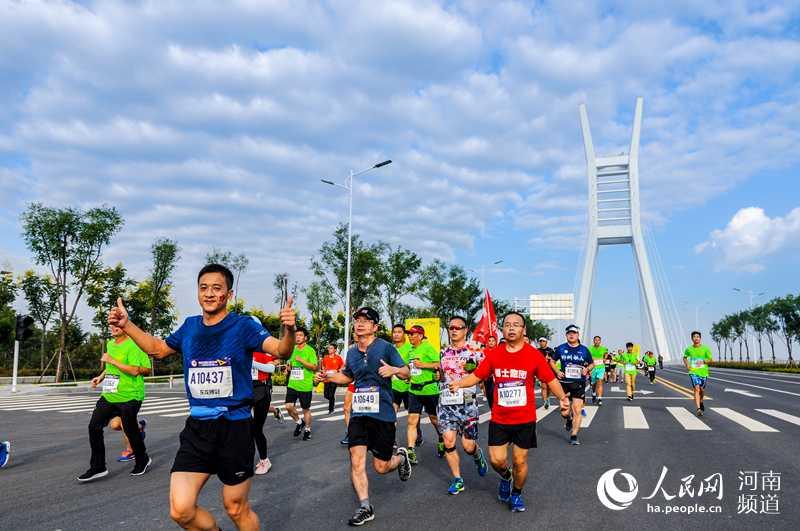 2018郑州龙湖国际半程马拉松鸣枪开跑