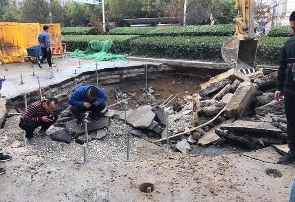郑州一道路出现大面积塌陷 修复