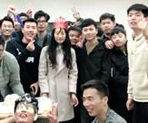 为班里唯一女生庆生        11月12日,河南一高校43个男生为班里唯一的女生过生日…