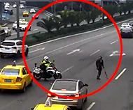 交巡警为残疾人挡车流        11月13日,重庆交巡警孙曙光巡逻时,发现一名独腿男子…