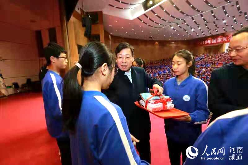 宪法教育从娃娃抓起 河南举行大中小学宪法晨读活动