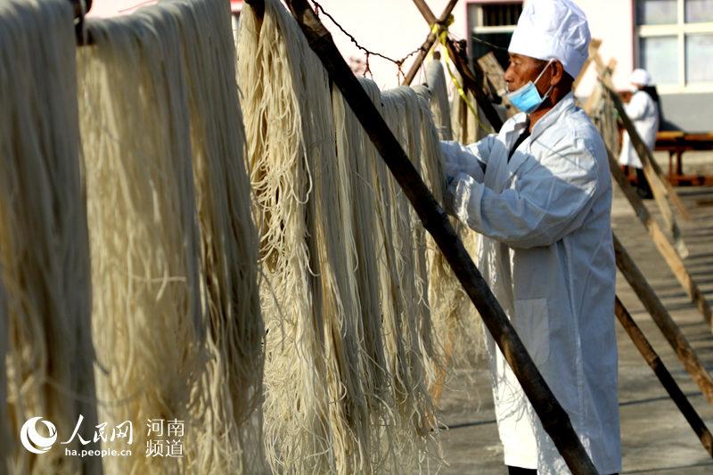 河南光山: 传统手工红薯粉条助脱贫