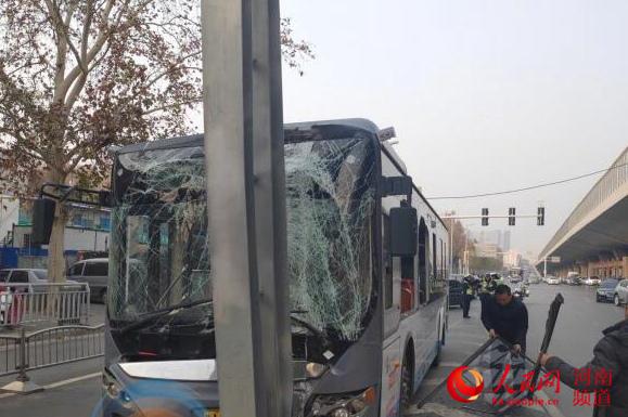 操作不当!郑州公交车撞上龙门架 13名乘客受伤