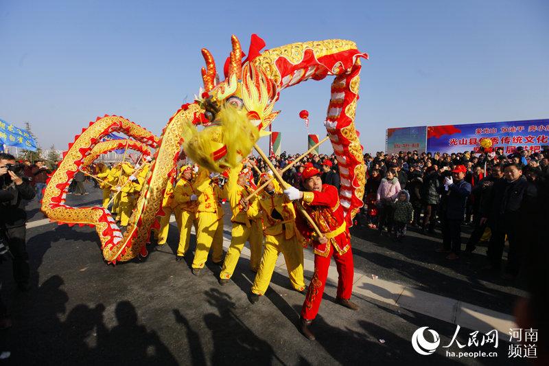 光山舞龙迎新年 场面十分壮观 吸引众多群众前来观赏