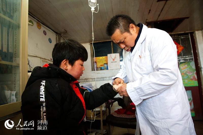 """河南一村医身残志坚 是村民健康的""""守护神"""""""