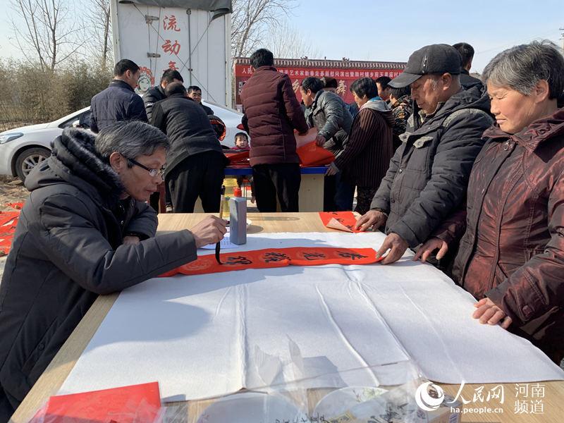 河南范县:文娱健康两不误 新春村晚送祝福