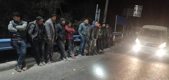 13人挤一辆面包车 河南曝光百辆春运超员违法车
