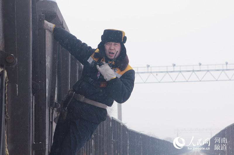 抗风雪、战严寒 致敬风雪中的守护者