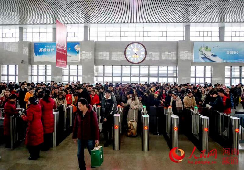 郑州铁路局迎来春运高峰 24日预计发送旅客61万人