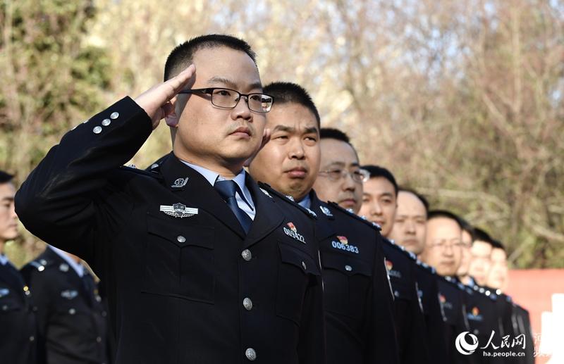 """郑州警方街头大练兵 市民夸赞:""""有你们在很温暖"""""""