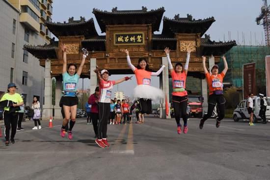 嵩县:近3000名健身者追着花香奔跑