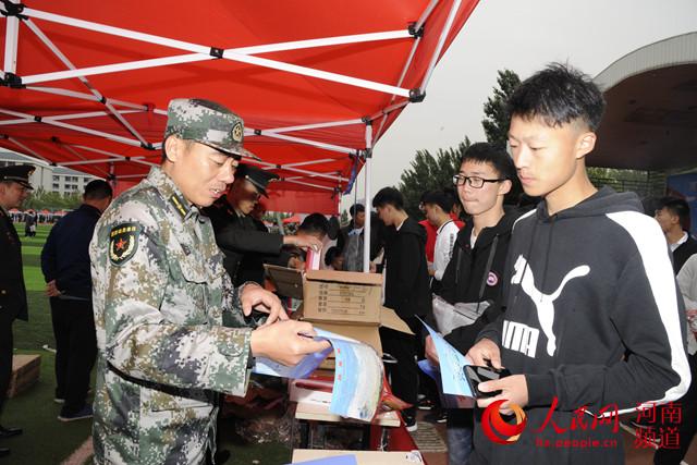提供岗位近万个!河南省退役大学生士兵就业双选会举办
