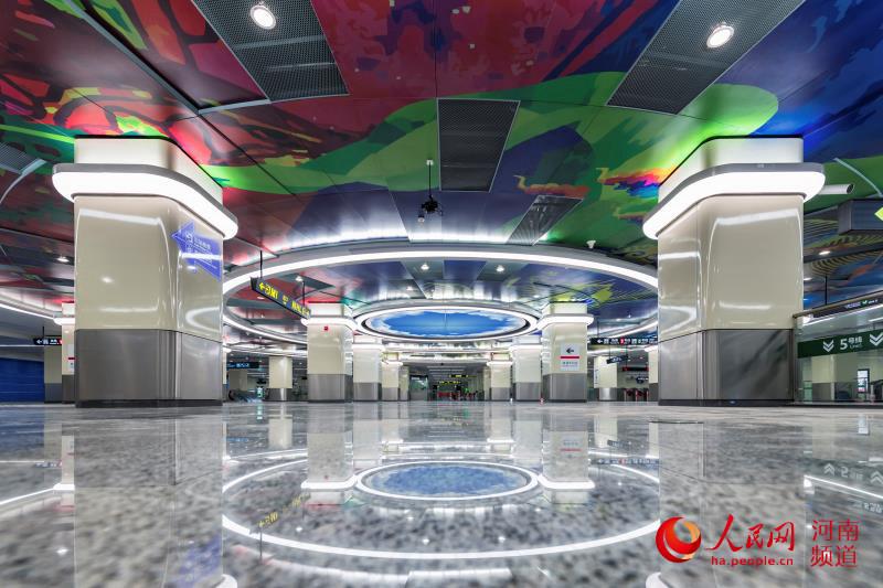 """郑州地铁5号线""""开门迎客"""" 乘客可无卡扫码进出全线站点"""