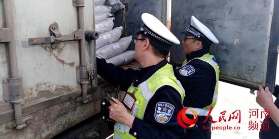 """危及公共安全!河南高速交警查获18吨""""行走的炸药包"""""""