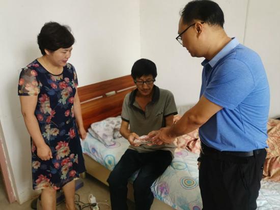新乡辉县:独居贫困老人患癌症 爱心捐款暖人心