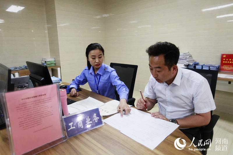 """郑州""""互联网+政务服务""""再提速 878项审批事项""""一站式""""办理"""