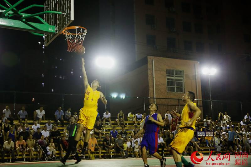 宝丰县:篮球夜市 炎炎夏日乐享运动带来的快乐
