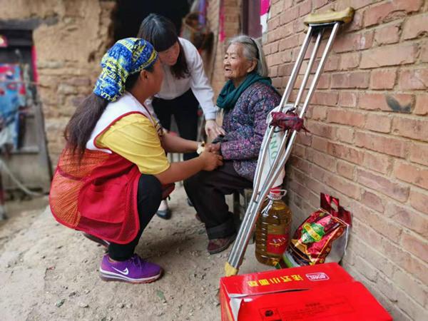 """扶贫路上的""""全天候""""红十字志愿者 行走10余个省市区偏远山区"""