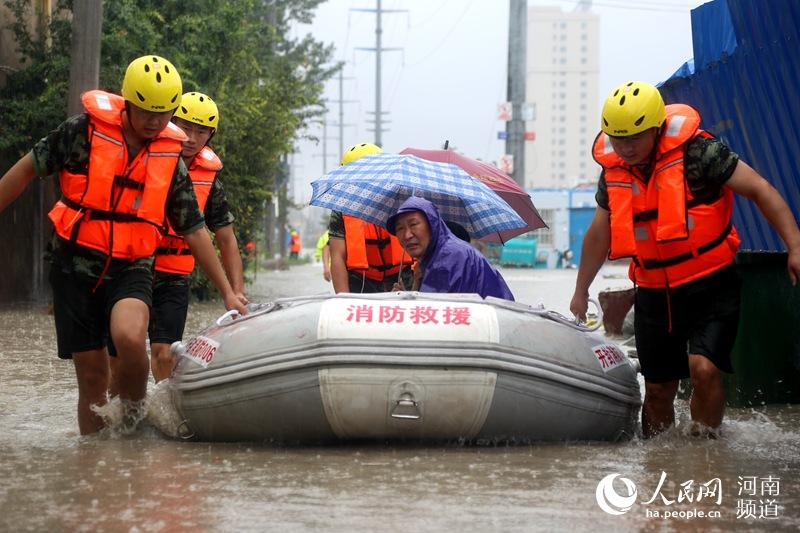 """小區變""""澤國""""!開封突降暴雨 消防成功疏散轉移220名居民"""