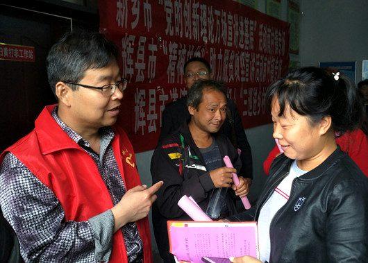 """辉县:脚沾泥土的 """"扶贫政策博士"""" 走到哪儿就讲到哪儿"""